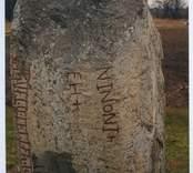 """Karlevistenen är Ölands äldsta och en av Sveriges märkligaste runstenar. Den står på en åker i Karlevi bys sjömarker i Vickleby socken, nära Kalmarsund. Stenen är ett 130 centimeter högt flyttblock av grå kvartsporfyr, troligen från trakten väster om Oskarshamn. Den är rest omkring år 1000 (trol. slutet av 900-talet e.Kr.) efter en dansk hövding, Sibbe den gode eller Sibbe den vise, Foldars son, och står på sin ursprungliga plats. Av en teckning från 1600-talet framgår det att den varit omgiven av två nu bortodlade gravhögar. Enligt inskriften har den döde gravsatts i en av dem.  Inskriften består av en kortare del på prosa som namnger hövdingen: """"Denna sten blev satt efter Sibbe [den] gode, Foldars son, men hans följe satte på ön [detta minnesmärke]"""". Sedan finns en längre del i form av en konstfull skaldestrof:      Fulkin likr hins fulkþu     flaistr uisi þat maistar     taiþir tulka þruþar     traukr i þaimsi huki     munat raiþ uiþur raþa     ruk starkr i tanmarku     aintils iarmun kruntar     urkrantari lanti  som i översättning lyder: """"Dold ligger den som de största dåd följde, det visste de flesta,"""