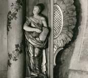 Detalj av altaruppsats, skulpterad 1764 av Jonas Berggren och målad 1766 av And G Wadsten.