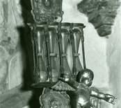 Timglashållare och en skulptur från äldre orgelfasad i Gärdslösa kyrka.