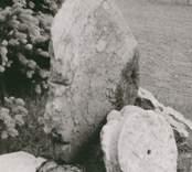 Rester av en dopfunt som funnits i Hjorteds kyrka.