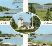 Kolorerat vykort med fem bilder; i centrum i en oval bild på Loftahammars kyrka och därutöver bilder som präglas av ortens och socknens läge, med fritidsbåtar, skärgårdsmotiv och - troligen - en bilfärja.