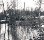 Stenvalvbro vid Flerohopps glasbruk.  Gåva av Smålands museum Växjö