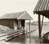 Småland Tunalän hd Misterhult sn Örö  Wiströms hommar, bod och tjärbark.  Nils J. Nilsson 1951
