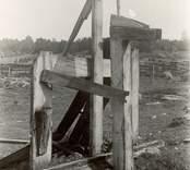 Pump vid huvudgårdens gödselhög. Höjd 2,40 m. Sedd från nordväst. Ägare: Holmqvists sterbhus.