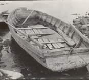 """""""Pråm"""". Längd cirka 7 meter, bredd cirka 2,70 meter. För transport av får till holmarna. Ägare: Karl Peter Karlsson."""