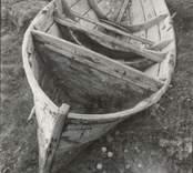 Fiskebåt med sumphåll i aktern, byggd av ek. Bild akterifrån. Ägare: Karl Samuelsson. Härtill ett annat foto, ritningar och beskrivning.
