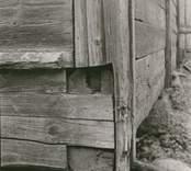 Foto:M.Dyfverman 1937 Ägare: Hulda Svensson, Oskarshamn. Brukare:Rikard Jonsson Skiftesverk. Hörnstolpe i gårdens sydöstra ladugårdslängan.(6,5x29m) Härtill foton av ladugårdslängan ensam och tillsammans med närbelägna längor.