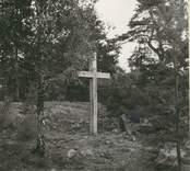 Småland, Kalmar län, Misterhults socken - Kyrkogårdsskär. Minneskors vid gamla kyrkogården. Uppsatt omkring 1958 genom kyrkoherde Neiglick. Årsbok 1960.