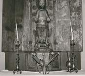Senmedeltida altarskåp med skulptur föreställande Sankt Olof.