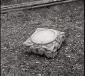 Del av gravhäll vid Ukna kyrkoruin.