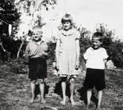 Barn lediga från skolan. Från vänster: Olle Borg, Birgit Johansson (Olsson 1924-2001) och Bengt Ohlsson, (1929-2007).