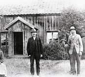 Familj med häst framför bostaden i Getterum.