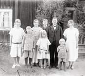 Familj framför bostaden i Höghult.