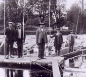 Flottare vid dammen i Barkestöm uppställda för fotografering.