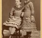 Systrarna Hilda och Kjerstin Sabelström. (Hilda den sittande på båda korten. Familjen Sabelström bosatt först Herrstorp, Mönsterås senare Glabo, Döderhult. Alla barnen födda i Mönsterås.