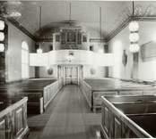 Interiör mot orgeln och orgelfasaden i Hälleberga kyrka innan branden 1976.