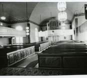 Interiör mot orgelläktaren i Hälleberga kyrka.