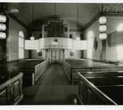Interiör mot orgelläktaren i Hälleberga kyrka innan branden 1976.