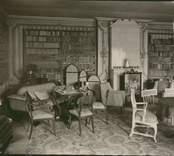 Interiör från biblioteket på Forsby herrgård.