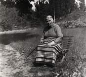 """Mor Stava Isaksson 92 år ( kallas """"Kuska-Stava"""" ). Bosatt på Stora Källtorp under Sadeshult."""
