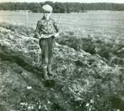 Guldringens i Skedemosse upphittare, 12-årige Birger Karlsson, Ö. Sörby, med en liten hästkäke.