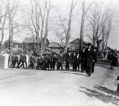 Konfirmanderna i Fagerhult 1929 uttågar från prästgården med pastor Egberg i täten.