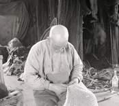 Adolf Karlsson (Sörgård) arbetar på ett bottengarn.