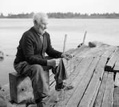 Karl Pettersson lagar nät. Foto: 26/07 1955.