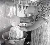 Aina ystar i sitt kök. Foto: 19/07 1948.