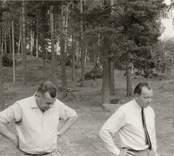 Tre personer vid Lunds kulle. En fornlämning finns på platsen.   Foto: Dagmar Selling 1970