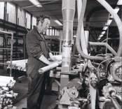 En man som svarvar, på Elfverson & Co, i Påryd.
