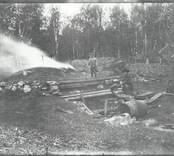 Framställning av tjära i Brännhult 1914.