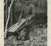 Korgmakaren Johan Ek på torpet Skogstorp utanför Orrefors tillverkar vidjor som ska användas till korgflätning.