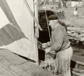 Karl Petterssons tar ned segeln på sin roddsump.