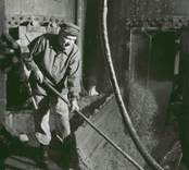 Arbete vid cellulosafabriken i Edsbruk.