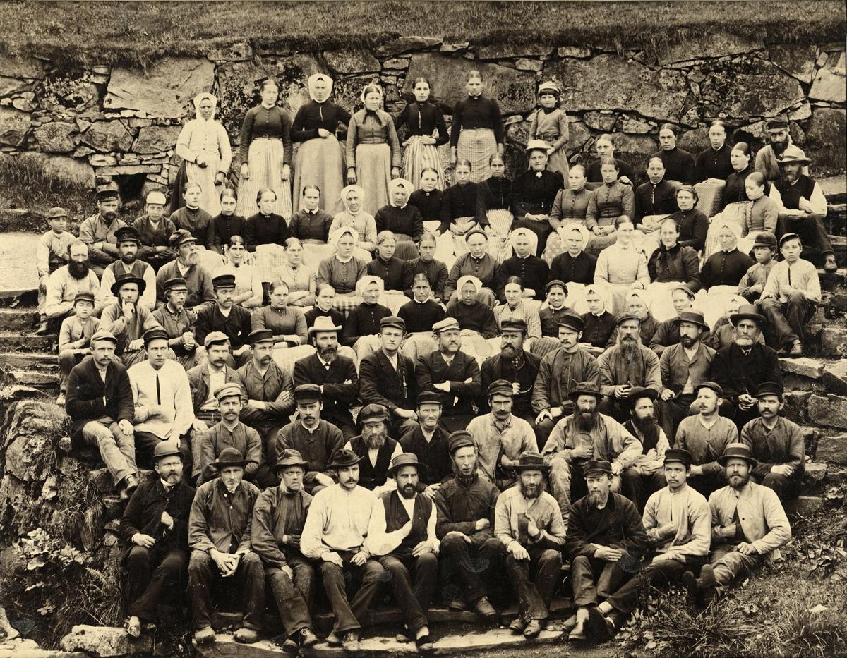 Gruppeportrett av arbeidarane ved Salhus Tricotagefabrik utanfor Bergen, i 1893. Disponent Phillip Christian Clausen og son hans Emil Clausen i midten av biletet. (Foto/Photo)