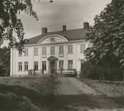 """""""Elsabo gård"""", [Högsby socken]. Fotografi på beige kartong . (Sedermera känt som """"Solhöjden"""", huvudbyggnaden, som uppfördes 1909, blev kraftigt brandskadad 2010 12 09.)"""