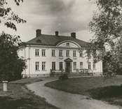"""""""Elsabo gård"""", [Högsby socken]. Omonterat fotografi  . (Sedermera känt som """"Solhöjden"""", huvudbyggnaden, som uppfördes 1909, blev kraftigt brandskadad 2010 12 09.)"""