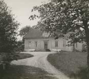 """""""Högsby gård"""", [Högsby socken]. Fotografi på gråbeige kartong"""