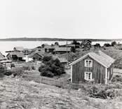 Byn mot hamnen vid Grindö.