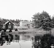 Vy med bostadshus på Vinö i Misterhult.