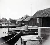 Sjöbodar och båtar på Marsö i Misterhult. Foto: 27/07 1955.