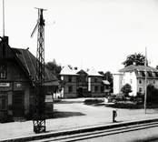 Parti av Alsterbro samhälle med järnvägsstationen till vänster och Engelbrekts hus mitt på fotot samt Anderssons hus till höger.