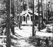 Skogshydda i Badhusparken, byggd 1895 och fortfarande kvar på sin plats, dock utan verandan. Dessa bilder är tryckta i almanackor utgivna av Nybro Hembygdsförening. De är inte till salu genom KLM, men vi väljer att visa dem då vi har få bilder från det Nybro var en gång.