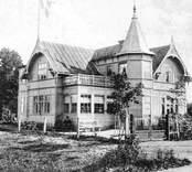 Villa Ida vid Storgatan uppfördes 1904-1905 av Johan Peter Wästberg och hans hustru Ida Elisabet Höglander. Han var född i Öja på Gotland och hon var bördig från Högsby. De hade vistats i Amerika. Som närmaste grannar fick de syskonparet Skoog. Kortet är poststämplat 1909. Dessa bilder är tryckta i almanackor utgivna av Nybro Hembygdsförening. De är inte till salu genom KLM, men vi väljer att visa dem då vi har få bilder från det Nybro var en gång.