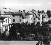 Gårdssidan av husen längs med Olofsgatan i Nybro.