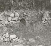 Rester av gamla tegelbruket söder om gården.