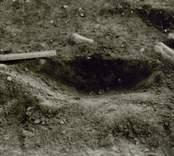 Boplats A. Anläggning 30. Stolphål? Profil från väster. Den planerade nya sträckningen av E66 mellan Verkebäck och Västervik går mellan två större Gravfält från p / 500 -6 / 200. Likaså finns sydväst och väster om sträckan p4 / 900 -5 / 100, 4 stensättningar och ett skärvstensröse. Under september 1991 genomförde antikvarie Mikael Nilsson en arkeologisk utredning och utifrån de då framkomna resultaten befanns en arkeologisk undersökning motiverad. Kalmar läns museums förundersökning genomfördes under nio arbetsdagar under tiden 91-11-12 - 91-11-21 av antikvarie Per Sarnäs och amanuens Leif Rubenson.