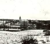 Vy över orten Hjorted med kyrkan  i bakgrunden.