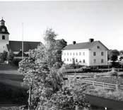 Misterhults kyrka och kommunalhuset.